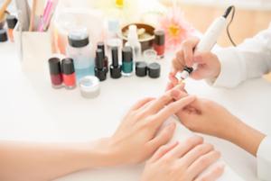 manikuere-muenchen-kundin-mit-kosmetiker