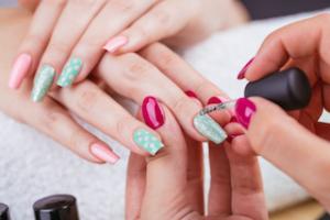 naegel-lackieren-im-nagelstudio